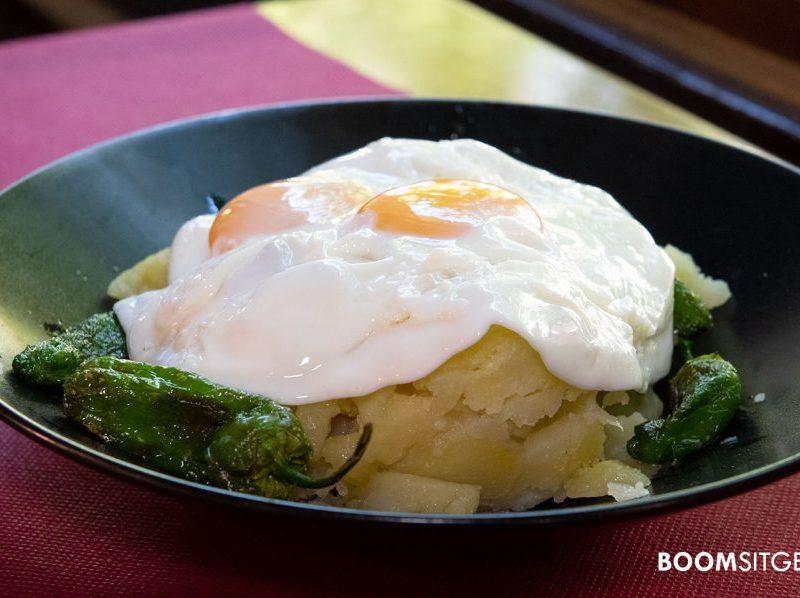 Huevos fritos con patatas y pimientos de padrón